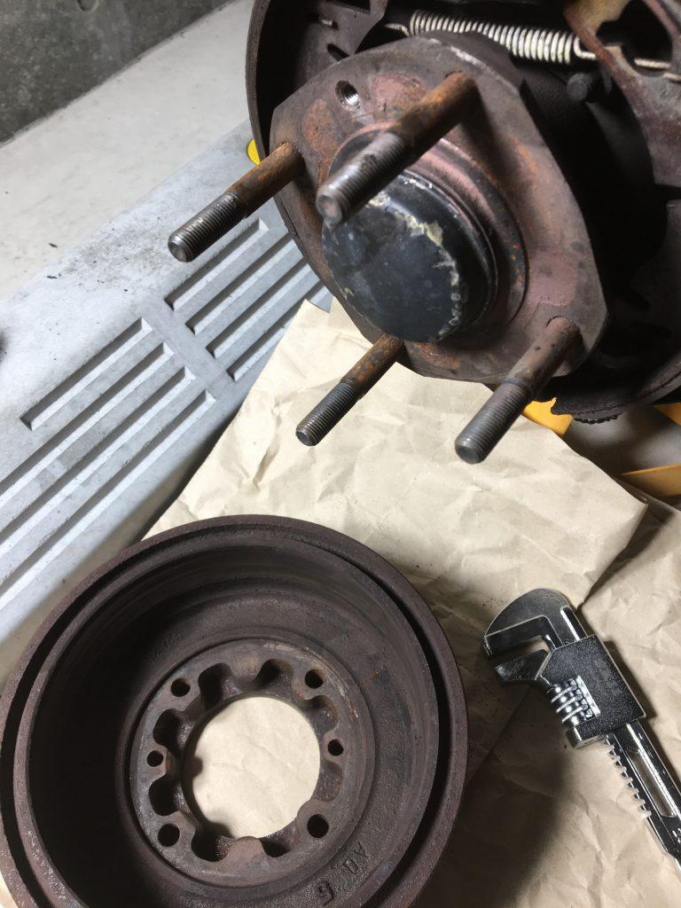 ローバーミニのリヤドラムブレーキ分解